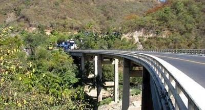El puente curvo de Agua Caliente