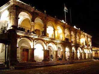 Palacio de Ayuntamiento frente al Parque Central.